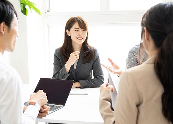 社員が話し合う画像